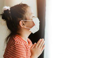 child praying during 2020 pandemic